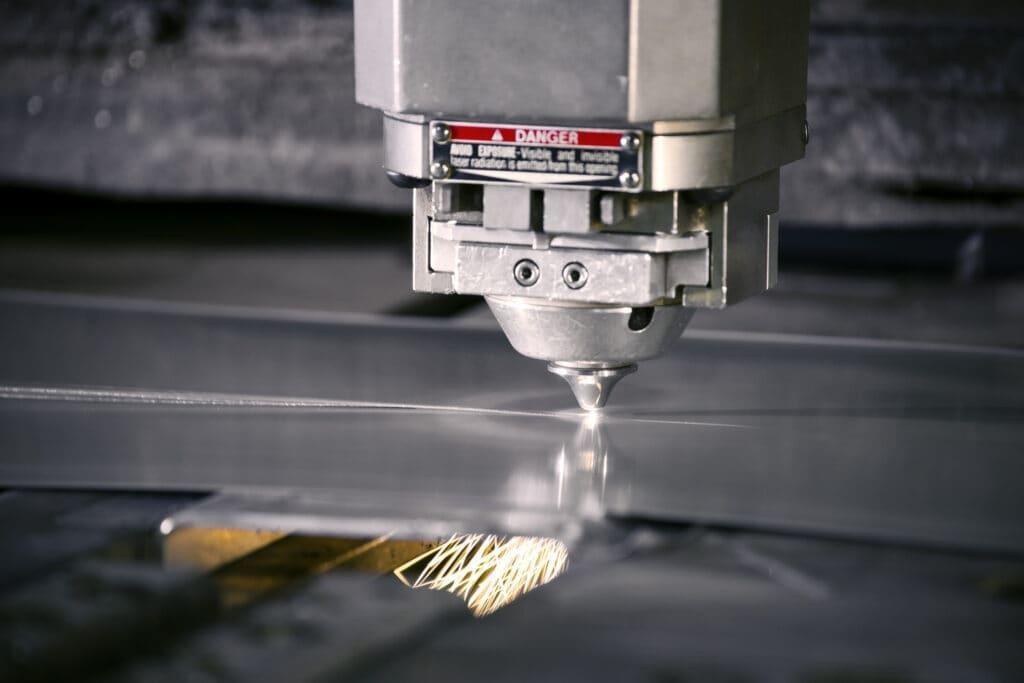 Zastosowanie lasera przy cięciu blachy